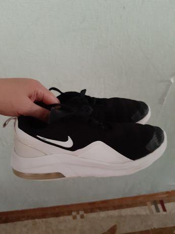 Фирменные кроссовки для парня фирма Nike