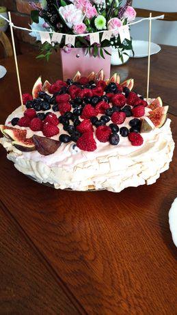 Domowe wypieki (tort bezowy oraz ciasta)