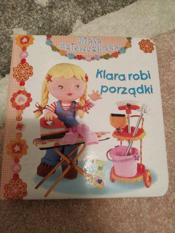 Mała dziewczynka. Klara robi porządki.