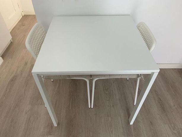 Mesa, cadeira e almofadas IKEA