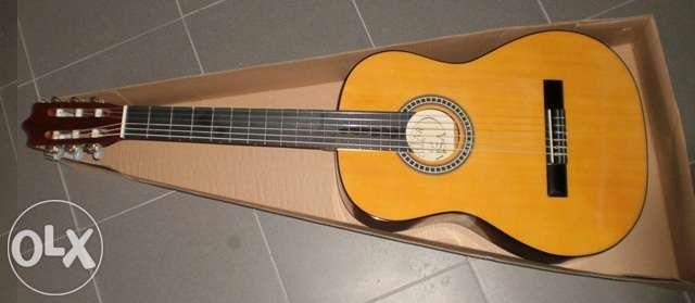 Guitarra clássica de madeira de cor castanha 3/4 ou 4/4