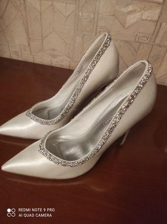 Szpilki buty ślubne białe zdobione