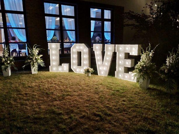 Biały, oświetalny napis LOVE! Dekoracje na ślub, wesele