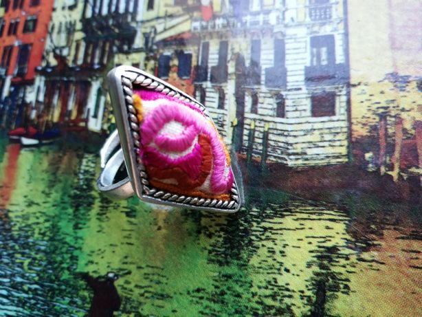 wspaniały, regulowany, posrebrzany pierścionek z materiałowym