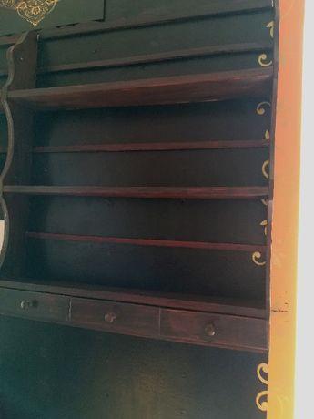 Estantes com gavetas e prateleiras