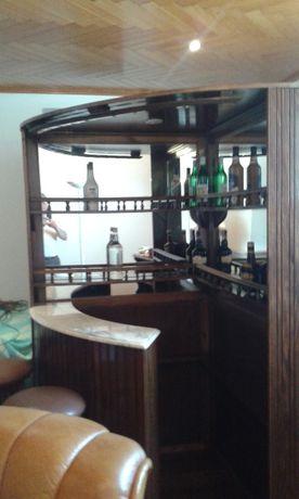 Bar em madeira de castanho