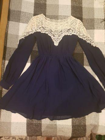 Красивое синее платье с кружевным верхом