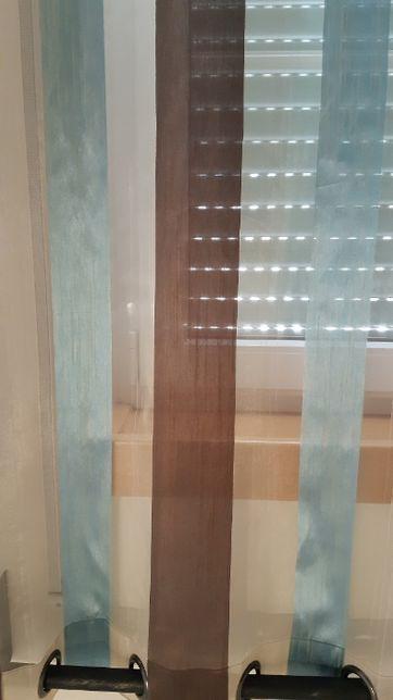 Conjunto 2 Cortinados Cor Azul e Castanho.