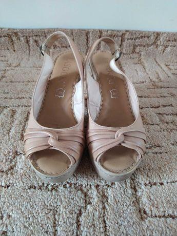 Beżowe buty na koturnie Lasocki