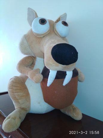 Большая , мягкая игрушка с орехом в руках. Большой пушистый хвост.
