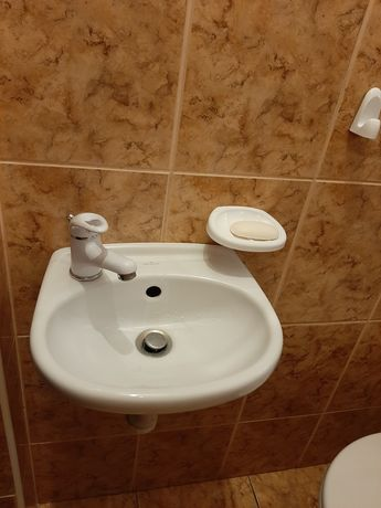 Umywalka łazienkowa z baterią plus misa ustępowa.