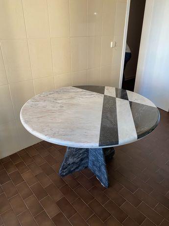 Mesa redonda em mármore