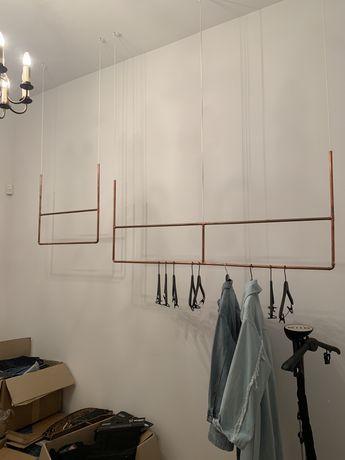 Miedziane wieszaki wiszące z sufitu. Miedź metal metalowe przywieszone