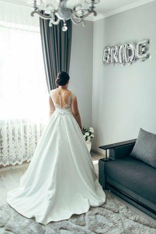 Продам шикарну весільну сукню
