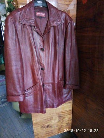 Женская кожаная куртка большого размера.