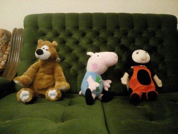 Мягкие игрушки:Пчёлка Мила, Джордж и Мишка.