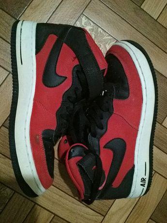 Продам кроссовки Nike красные с черным