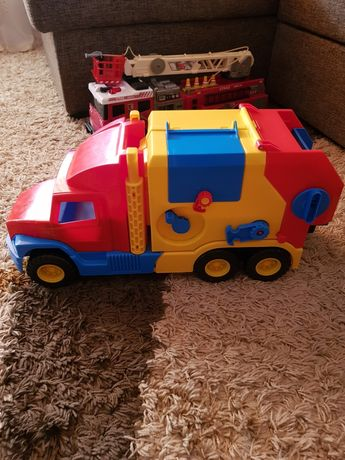 Zestaw zabawek samochody garaż i inne