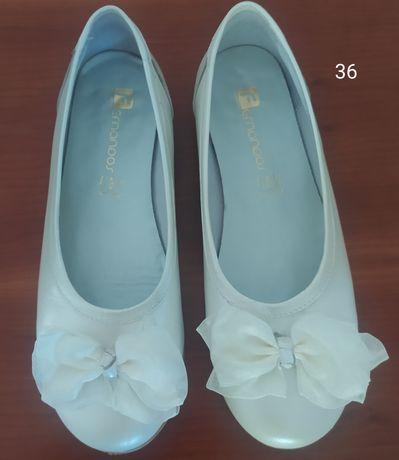 Sapatos s sandálias como novos