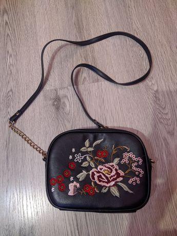 Mała torebka z haftowanymi kwiatami