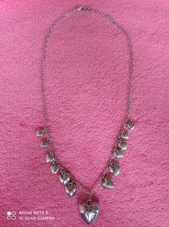 Naszyjnik z serduszkami, kolor srebrny.