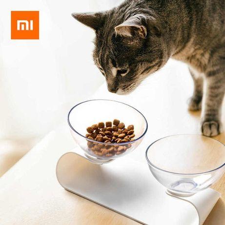 Podwójna miska dla psa lub kota na podwyższeniu dla wygody