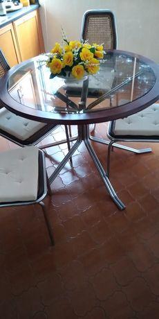 Mesa c/tampo de vidro e madeira, pés metálicos+ 4 cadeiras de espaldar