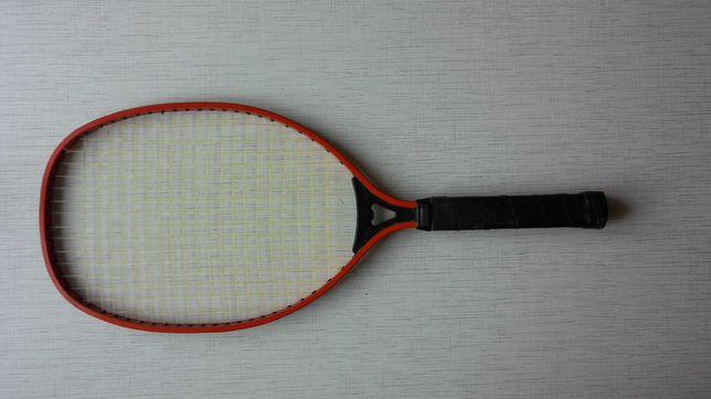 Ракетка теннисная с мячиком.