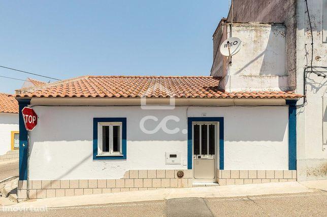 Casa típica com terraço, em aldeia alentejana   Brotas