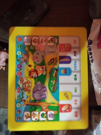 Планшет домік та багато різних іграшок