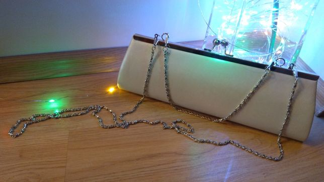Elegancka torebka wizytowa perłowa