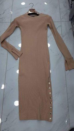 Sukienka , ozdobne guziki , piękne zakończenie rekawow
