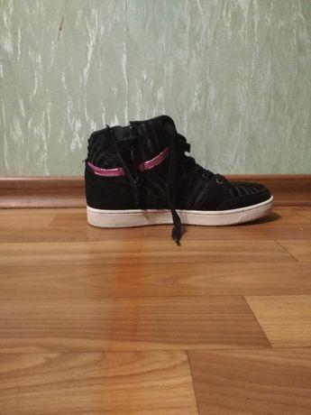 Продам спортивные ботинки