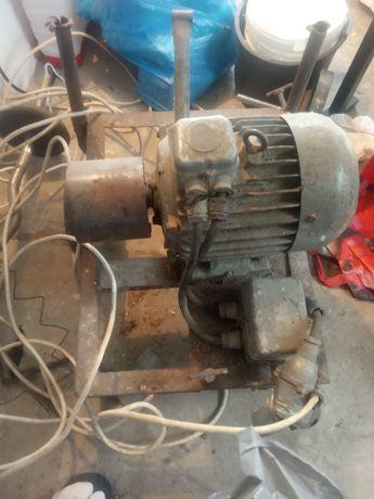 Silnik 5,5 kw , 1455 obrotów, wraz z kołem pasowym na wózku