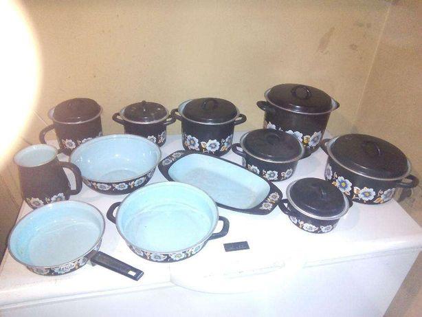 conjunto de tachos em ferro para cozinhar ou para enfeitar