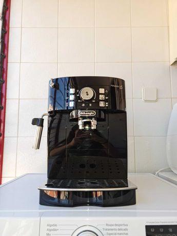Máquina de café Magnífica S Delonghi grãos e pó