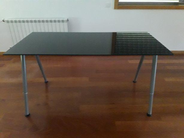 Mesa de vidro com pernas ajustaveis em altura. Medidas 80/160cm.