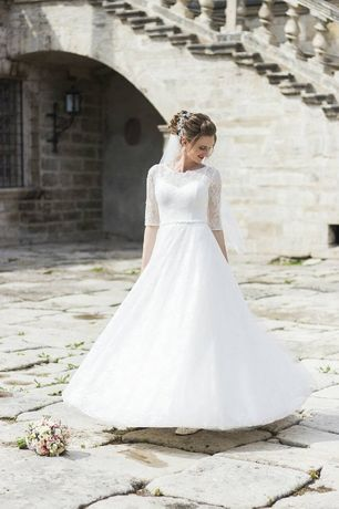 Весільна сукня А силуету. Колір айворі. Дороге мереживо. Дуже гарне.