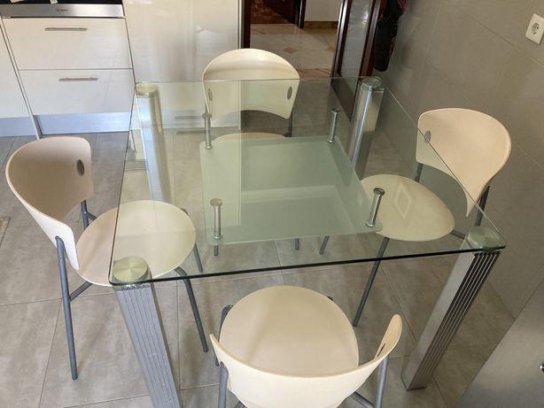 Mesa de cozinha com 4 cadeiras de resina cremes