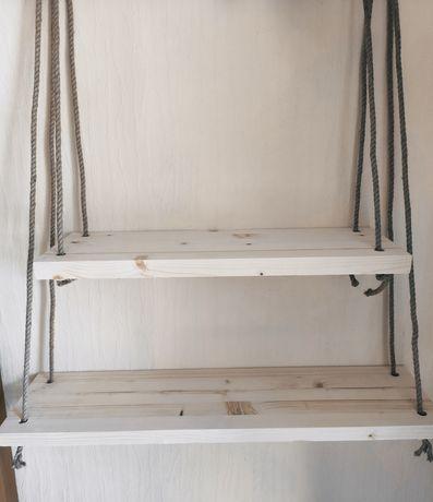 Drewniana półka na sznurkach