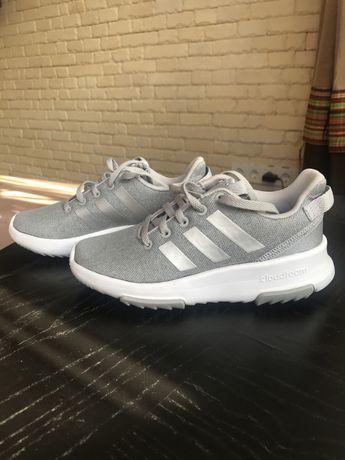 Крутезні кросівки adidas для дівчинки.