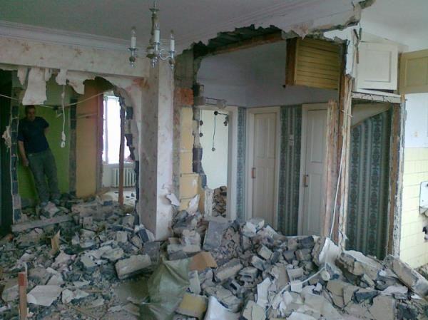 Сбивание и демонтаж, настенных покрытий, снос стен.