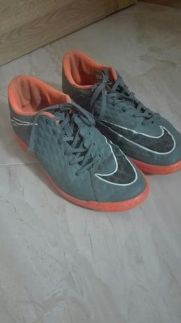 Buty spoortowe szaro-pomarańczowe firmy Nike