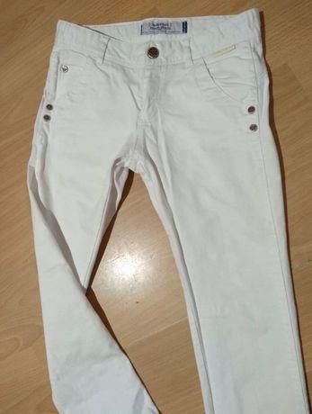 Białe jeansy mayoral 140