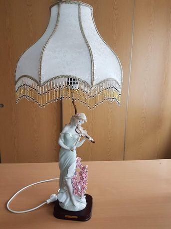 Lampka nocna z figurką porcelanową.