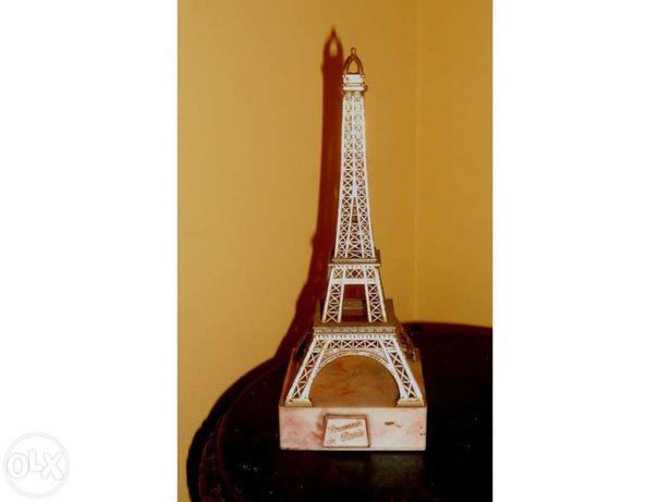 Torre Eifel grande com base de marmore