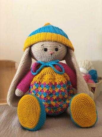 Coelho feito em crochet com a técnica amigurumi - roupas incluidas