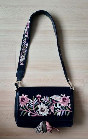 Piekna torebka w kwiaty Parfois