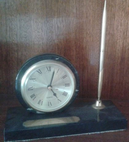 Relógio com moldura e base em mármore preto