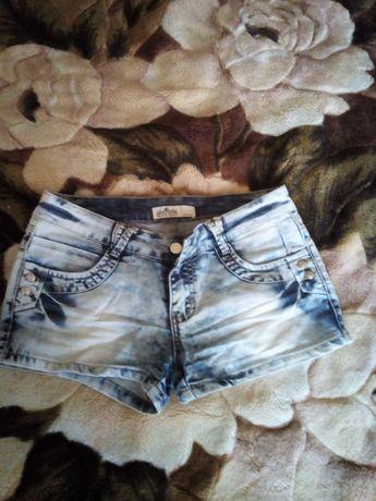 Джинсовые шорты и джинсы